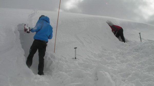 winter mountaineering scotland snowhole